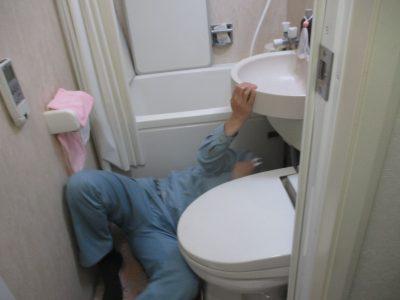 トイレ水漏れ修理のため点検口からの作業