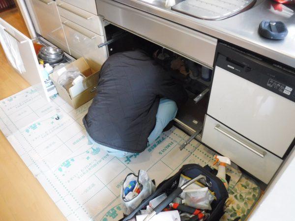 キッチン下に潜って修理中