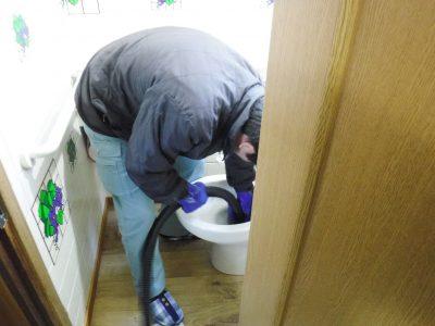 トイレ詰まり解消中