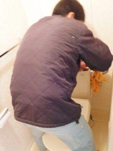 トイレ水漏れ修理中