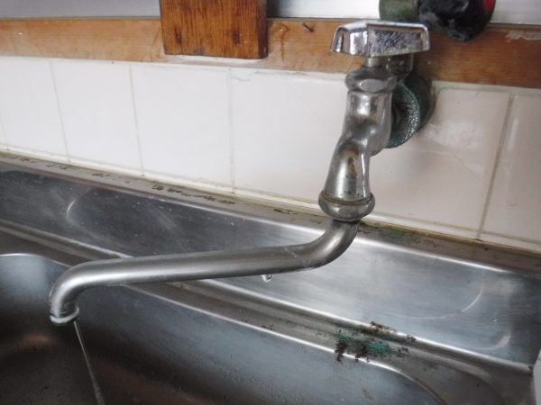 台所壁付けじゃ口の水漏れポタポタ