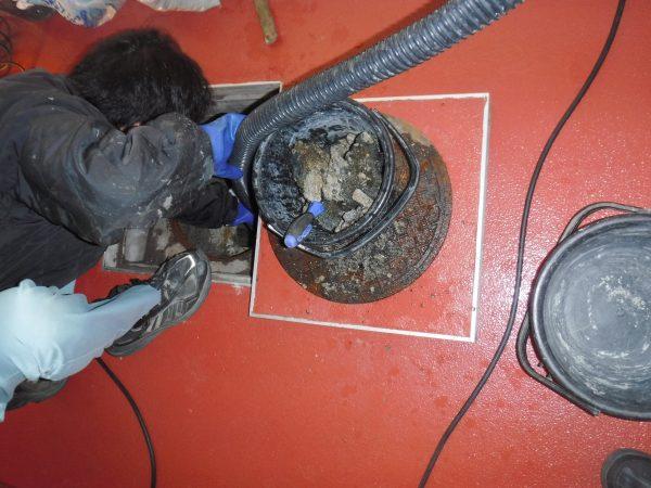 排水コンクリートマスの掃除中