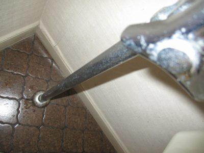ぽたぽた水漏れを起こし床が濡れています
