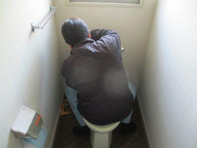 トイレの不具合部分の修理中