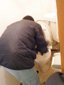 トイレ詰まり掃除中