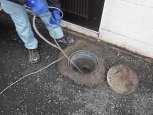 お家の外からキッチンの配管の詰まり解消中