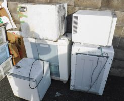 不用品になった冷蔵庫と洗濯機