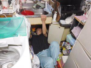 キッチンシンク錆びて開いた穴の補修作業中