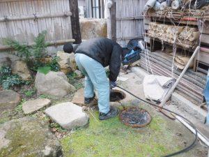 トイレ裏の汚水マスからの詰まり解消高圧洗浄作業