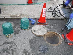 高圧洗浄による下水マスと配管の清掃中