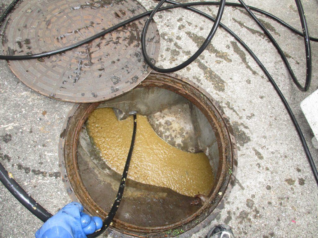マンホールから高圧洗浄清掃作業中