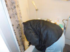 浴槽排水口清掃中