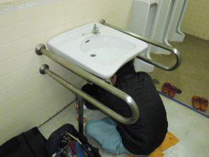 洗面下に潜り水道部品交換中