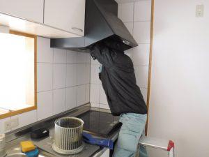 キッチンレンジフード掃除中