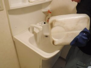 洗面台薬剤清掃中