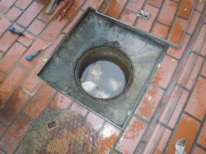 マンホールの蓋を開けると汚物で溢れかけていました