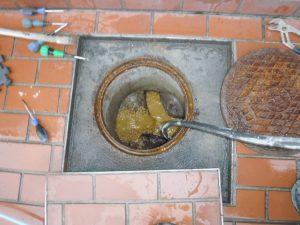 高圧洗浄清掃で詰まりの原因解消作業中