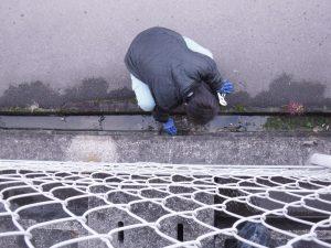 側溝の汚水除去清掃中