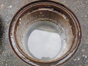 詰まって汚水で溢れる前の排水マス