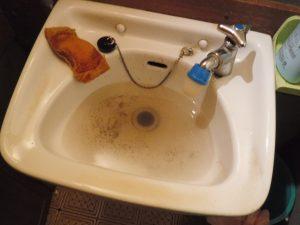 洗面台の排水口で詰まってしまい水が流れない状態です