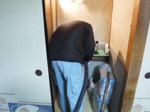 洗面台排水口清掃中