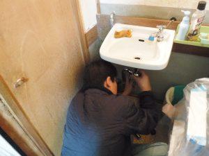 Sトラップ型排水パイプ取り換え交換作業中