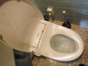 トイレの水を流してもじわじわと水が便器から上がってきます