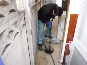 物置小屋からの高圧洗浄作業