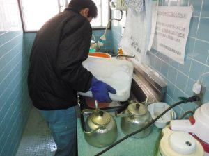 キッチン排水口から薬剤清掃中