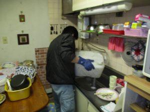 キッチン排水口から薬剤清掃作業中