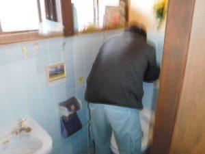 トイレタンクの部品取替交換中