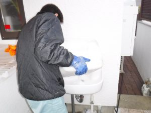 手洗い洗面薬剤清掃作業中