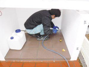 排水溝の汚れ掃除中