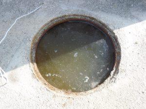 マンホールから汚水があふれかけています