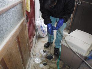 屋外排水管の高圧洗浄作業中