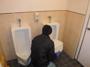トイレ小便器薬剤清掃中