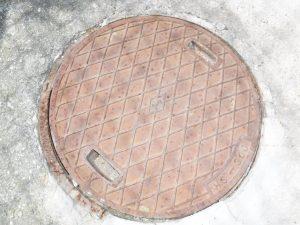 昔の鋳物タイプの排水マスのふたでした