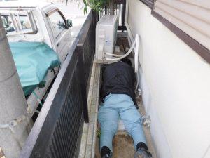 室外機の下に下水管が通っていました