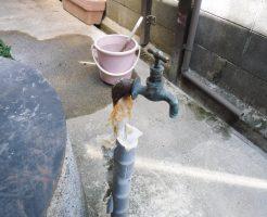 古くなって水漏れしている蛇口