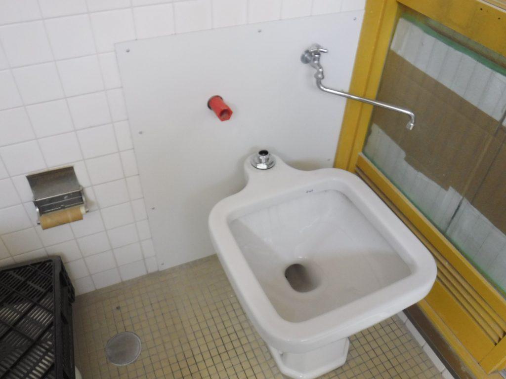 トイレ汚物流し裏はキッチンパネルで対応しました。