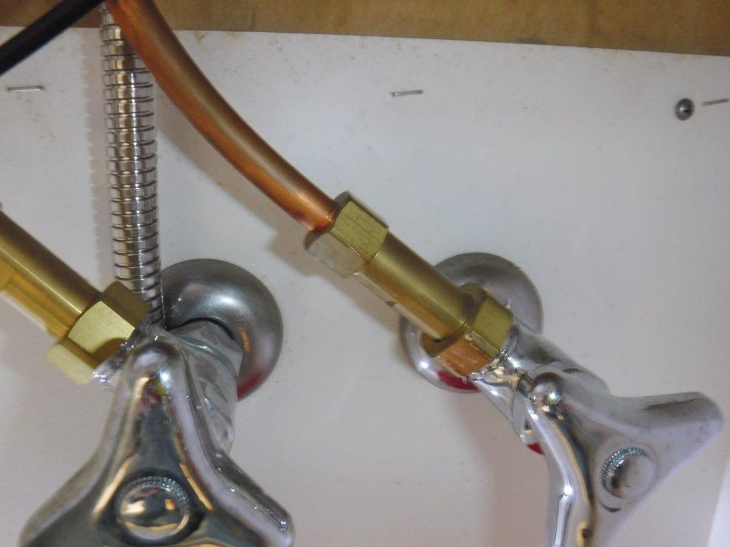 洗面台下の止水バルブの水漏れの状態