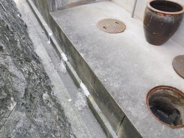 家の外の側溝にで汚水がしみだしています