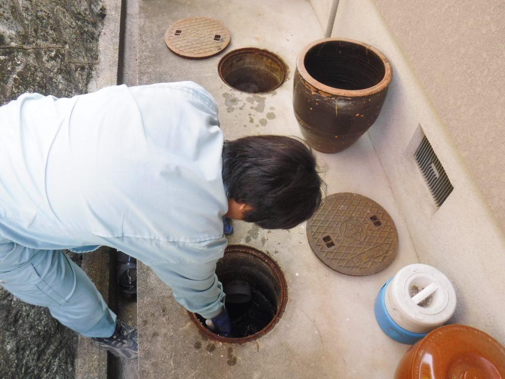 排水設備の修理作業中