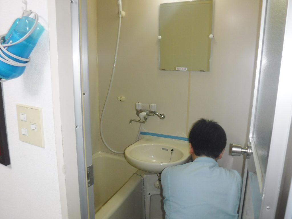 洗面器目地補修作業中