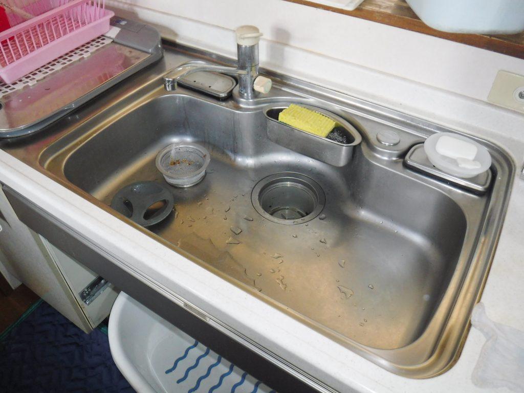 キッチン収納庫下で水漏れ
