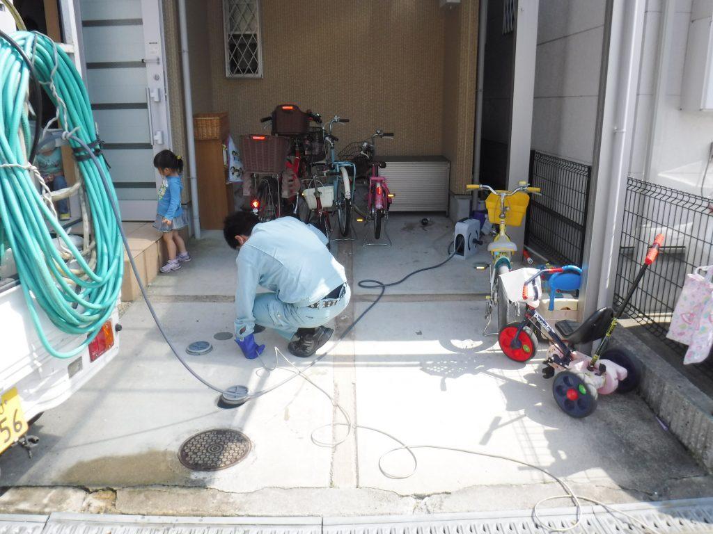 屋外排水管高圧洗浄作業中