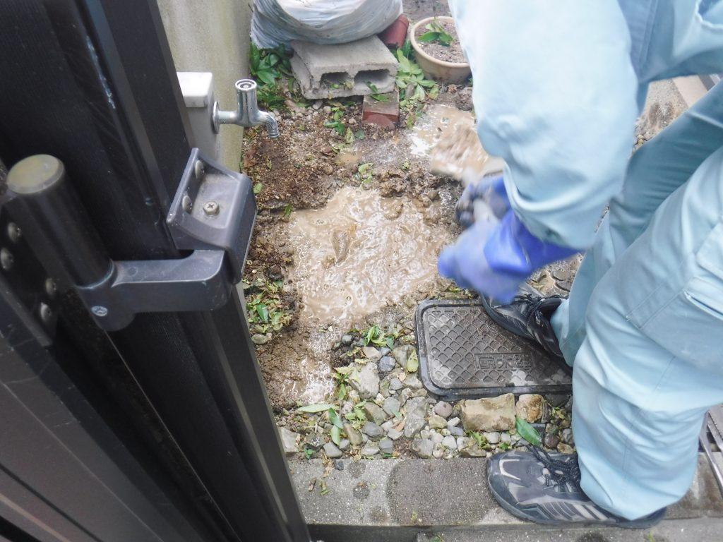 水道管修理のため掘削中