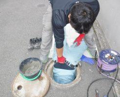 コンクリート排水マスの底辺補修中