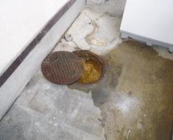排水管が詰まり汚物があふれています