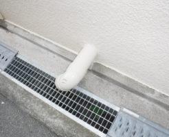 排水すると隣のお家の雨水管から側溝に水が排出されます